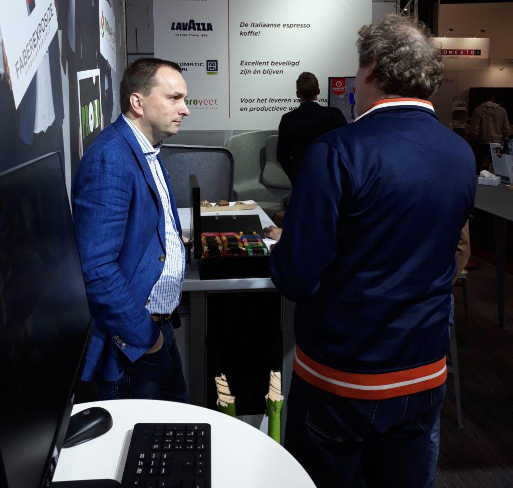 Harald Westerman van Proyect luistert aandachtig naar de vragen van de bezoekers
